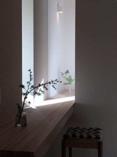 差し込んだ日が幻想的なカウンターです。 ガラスを挟んで2室に繋がっています。