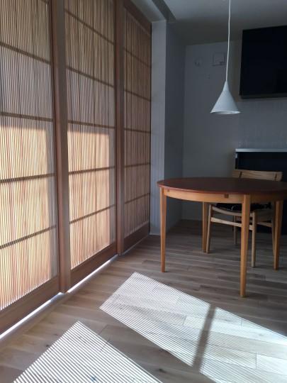 千本格子の建具そのものも凛とした美しさがありますが、 その格子が落とした影にも直線の持つ緊張感があり美しいです。 アンティークの丸テーブルが緊張感を程よいものに調和しています。