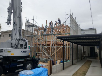 建て方の模様です。 だんだん家の形が見えてきましたが、今回は天気との闘いでした。