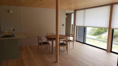 LDKは大開口の窓がありながらも高さをあえて抑えることで、落ち着きと広がりのを感じる空間になっています。