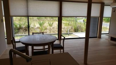 キッチンからの眺めは窓が横につながり、より開放感があります。