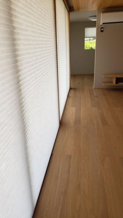 大きな窓ですが 断熱のサッシを使用した上で、さらにハニカムブラインドを付けており、断熱性能はもちろんのこと障子のような柔らかな光を楽しむことができます。